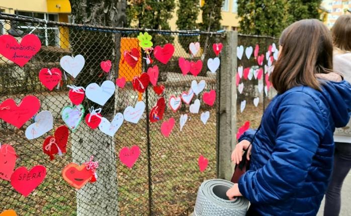 """Gardul Școlii """"Ion Creangă"""" din Cluj-Napoca, împânzit cu inimi de hârtie, confecționate de elevi"""
