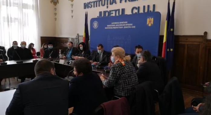 Distanțarea socială a dispărut la investirea noului prefect de Cluj. FOTO