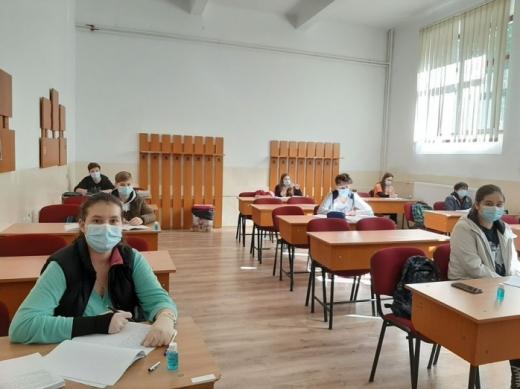Elevii din clasele terminale merg la școală și în scenariul ROȘU