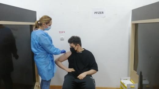 S-a vaccinat anti-COVID cel mai tânăr român! Victor are doar 16 ani și suferă de o boală cronică. FOTO