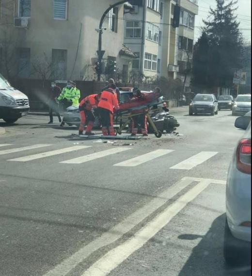 Motociclist spulberat în intersecție