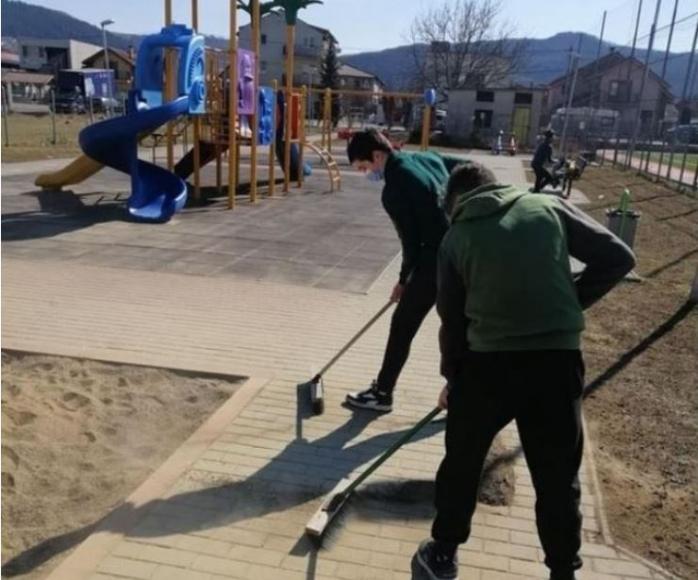 Așa da! Câțiva tineri au pus mâna pe mături și au curățat un parc din Cluj