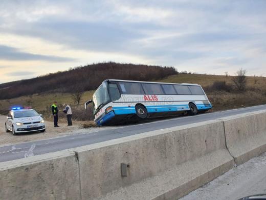 Un șofer clujean a ajuns cu autobuzul direct în șanț! Două personae au ajuns la spital. FOTO
