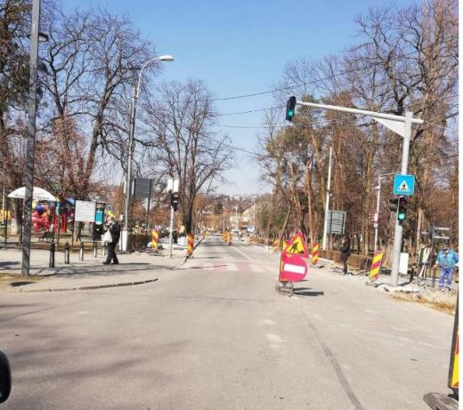 Atenție șoferi! Strada George Coșbuc este blocată din cauza lucrărilor de modernizare. Se circulă pe o singură bandă