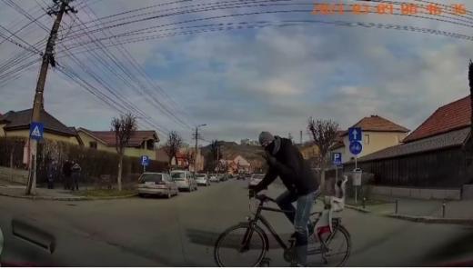 VIDEO. Un clujean, la un pas de a lovi un biciclist în intersecție