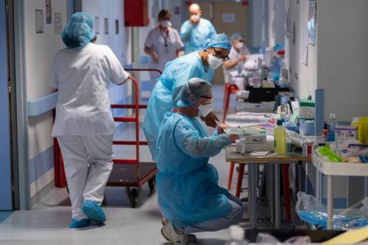 """Clujul, în al treila val al pandemiei! Locurile la ATI sunt la limită, iar numărul de cazuri COVID-19 este în creștere. Șef DSP: """"Suntem asaltați"""""""