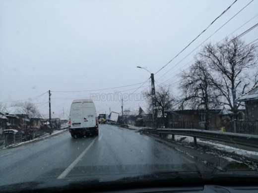 Iarna a revenit în zona de nord a județului Cluj! Un camion a ajuns în șant din cauza condițiilor meteo