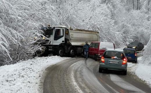 Odată cu zăpada, au început și accidentele! Drumul județean Făget-Sălicea dă bătăi de cap șoferilor