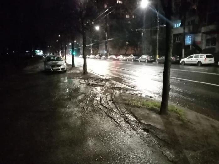 Clujenii, exasperați de noroiul adus de mașini pe trotuarul de pe Bld. Nicolae Titulescu