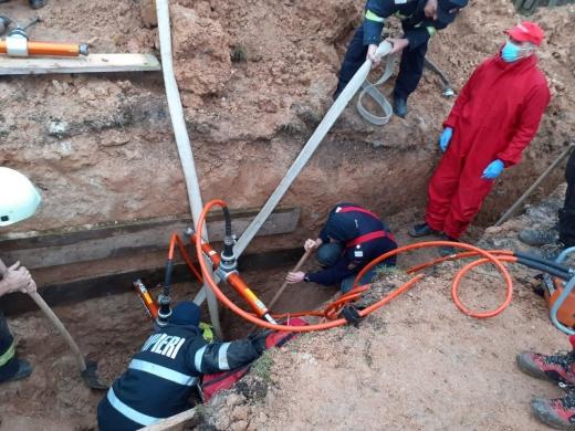 Un bărbat a murit într-o localitate clujeană după ce un mal de pământ s-a surpat peste el