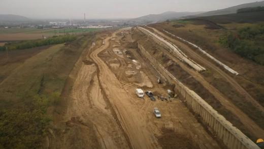 Apar problemele pe o porțiune din autostrada Sebeș-Turda. Din cauza infiltrațiilor de apă, zidul de sprijin se mișcă. Sursă foto: Facebook API