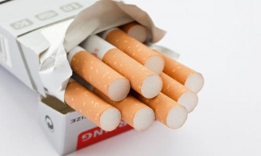 Doi tineri au spart un magazin din Cluj-Napoca și s-au aprovizionat cu țigări în valoare de 20.000 de lei