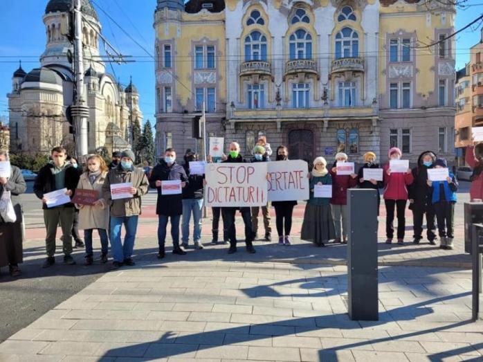 AUR protestează împotriva restricțiilor în fața Prefecturii Cluj. Între timp, cazurile COVID-19 sunt într-o continuă creștere!