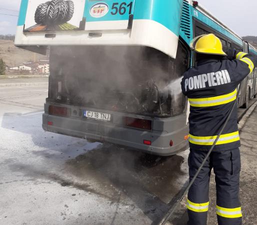 Un autobuz a luat FOC pe o stradă din Florești