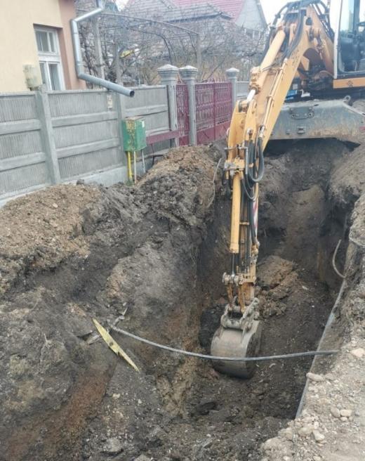 FOTO/VIDEO. Un tânăr, prins sub un mal de pământ într-o localitate din Cluj. A fost transportat la spital în stare GRAVĂ