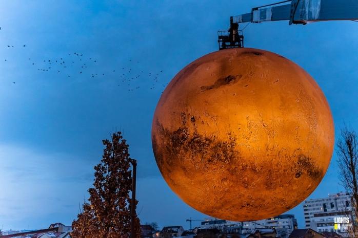 """Vânutul """"doboară"""" planeta Marte! Spectaculoasa instalație nu va mai fi expusă în parc pentru o vreme"""