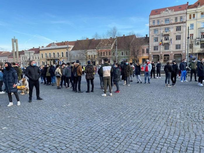 Peste 100 de clujeni au protestat împotriva restricțiilor în Piața Unirii! Ei vor sălile de sport deschise. VIDEO/FOTO