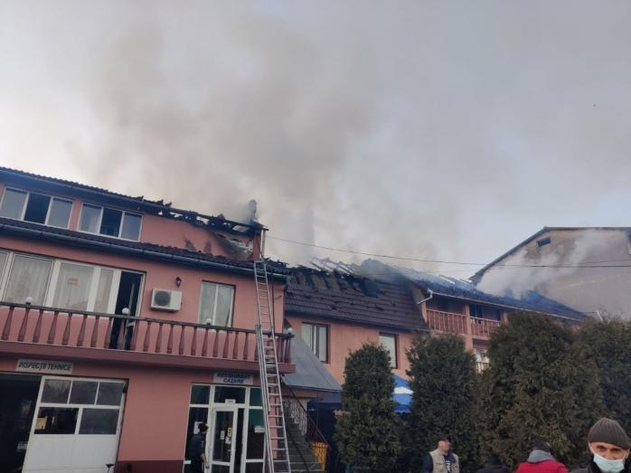 O pensiune din Gherla a luat foc! Incendiul, la un pas să se extindă la mai multe clădiri