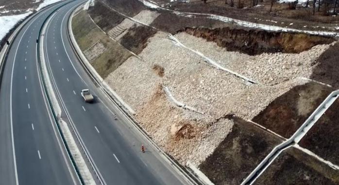 Alunecare de teren pe sectorul Gilău-Nădășelu al Autostrăzii A3 Transilvania - VIDEO