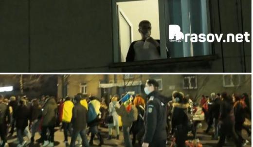 POZA ZILEI. Un bolnav de COVID-19 privește de la geam, cu masca de oxigen, protestatarii care trec prin fața spitalului
