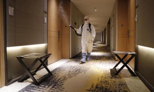 Om care dezinfectează camerele de hotel în perioada pandemiei COVID-19.