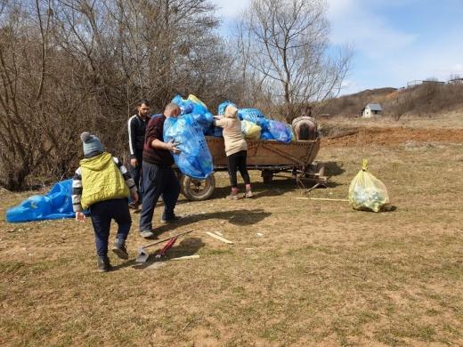 Locuitori ai comunei clujene Săvădisla, puși să își adune gunoaiele și amendați cu 6.000 de lei.