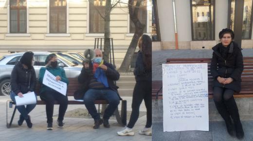 """Protest eșuat în fața Prefecturii Cluj! O """"mână"""" de oameni cer anularea restricțiilor de circulație și să stea fără mască afară. FOTO"""
