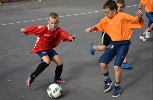 La București se deschid curțile școlilor pentru activități sportive, la Cluj se cere amendarea copiilor care joacă fotbal pe stradă