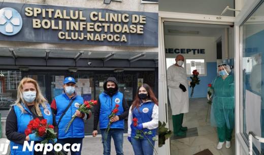 """""""Flori pentru salvatori"""", un gest de milioane. Clujenii au dăruit flori medicilor din Cluj-Napoca, Dej și Huedin. GALERIE FOTO"""