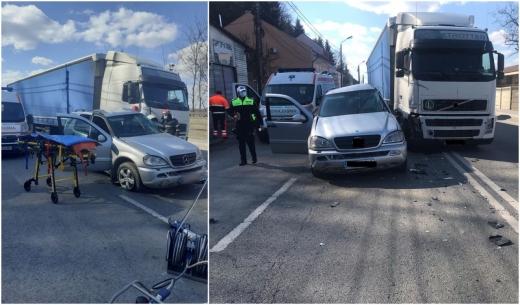 Accident în Dej, cu o mașină și un TIR implicate! Două persoane, transportate de URGENȚĂ la spital
