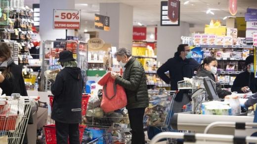 """Măsura închiderii magazinelor la ora 18:00, analizată de experți: """"Riscul de infectare cu COVID-19 va fi mai mare"""""""
