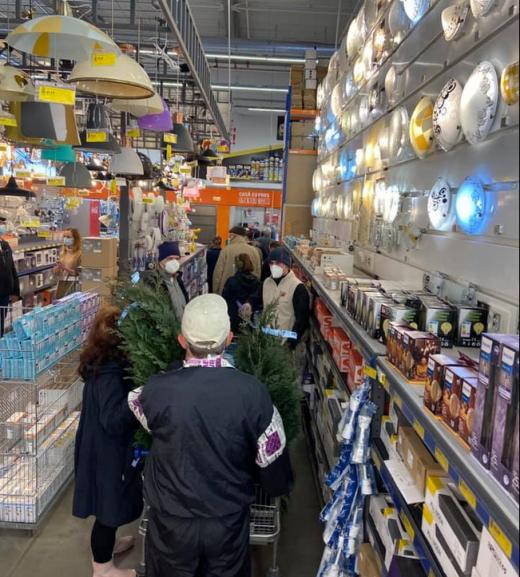 """FOTO. Haos în magazinele din Cluj! Oamenii se îmbulzesc la cumpărături. """"Deschideți magazinele și lăsați-ne cu declarație!"""""""