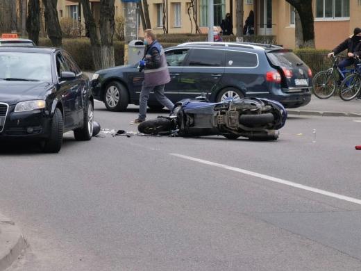 Motociclist spaniol, lovit în plin de o mașină pe o stradă din Cluj-Napoca. GALERIE FOTO