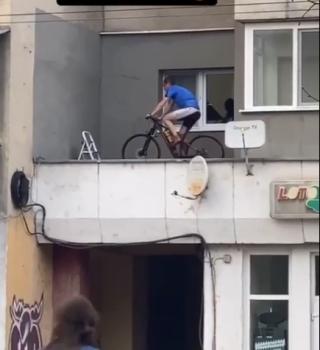 VIDEO. Un clujean, sătul de restricțiile COVID-19, și-a montat o bicicletă pe balcon pentru a se menține în formă