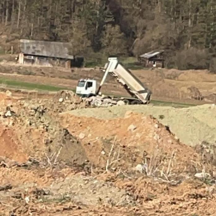Un camion plin cu moloz, filmat în timp ce descărca pe malul Someșului