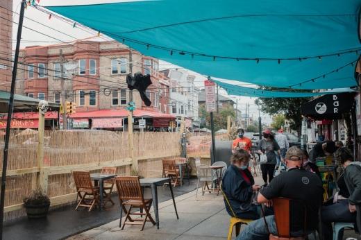 Terase pentru cafenele și restaurante pe locul parcărilor din Cluj-Napoca, după modelul orașului New York