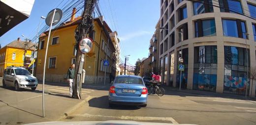 VIDEO. Livrator de la Food Panda, lovit de o mașină într-o intersecție din Cluj-Napoca