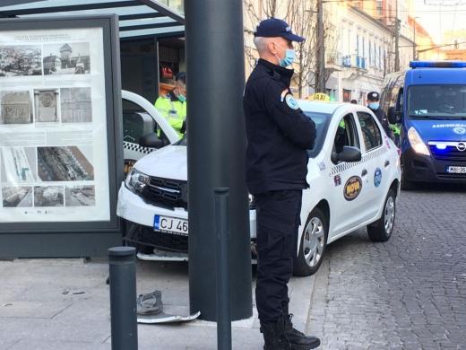 Accident în centrul Clujului! Un taximetrist a intrat în stâlp după ce a leșinat la volan