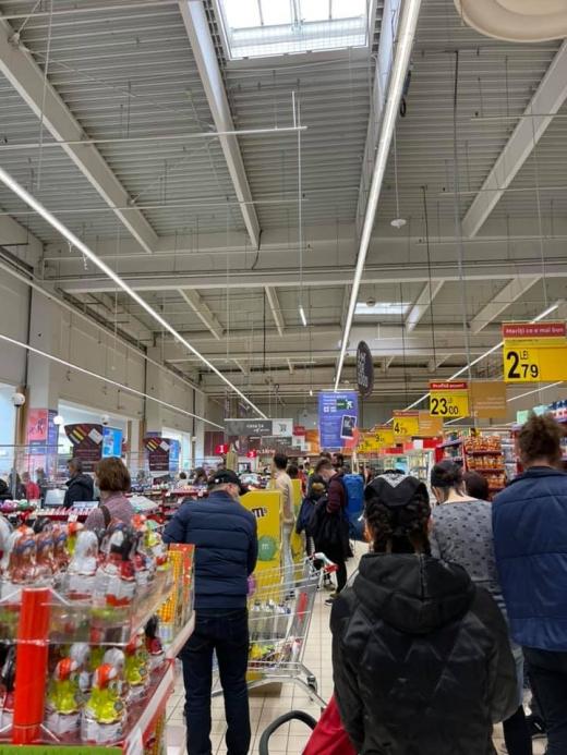 Aglomerație în magazinele din Cluj-Napoca și Florești vineri seara