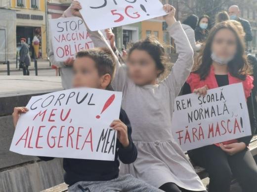"""Copiii au participat la protestul Dianei Șoșoacă din Cluj-Napoca, cu pancarte """"Stop 5G!"""", """"Stop vaccinării obligatorii"""""""