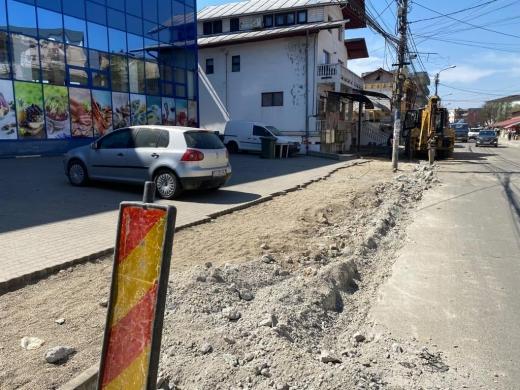 e modernizează trotuarele și drumurile de pe mai multe străzi din Dej.
