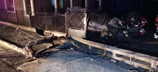 Accident în Iclod. Un bărbat de 40 ani a distrus un stâlp și gardul unei casei
