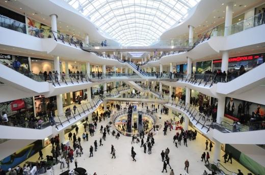 Românii continuă să se deplaseze, în ciuda restricțiilor severe. Mall-urile, cele mai aglomerate locuri