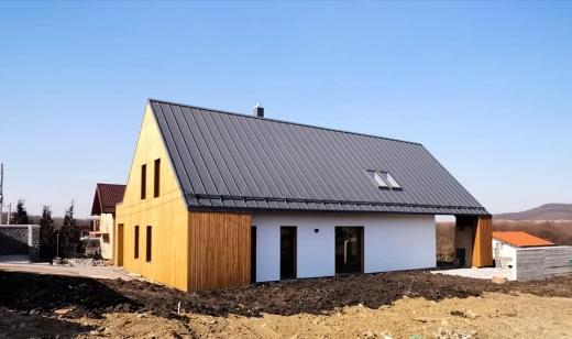 """Casă din baloți de paie, într-o localitate din Cluj. Arhitectul județului: """"Excelente detalii!"""""""