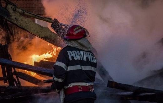 Incendiu de proporții la o casă din Cluj-Napoca! Pompierii bănuiesc că o persoană se află înăuntru
