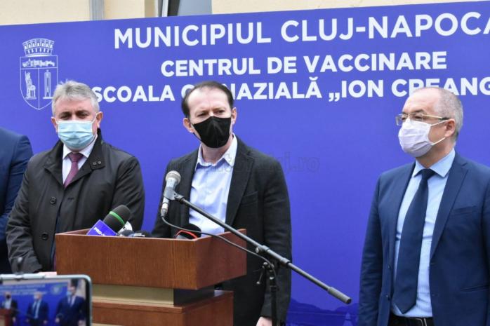 Premierul Florin Cîțu în vizită la centrul de vaccinare Școala Ion Creangă din Cluj-Napoca