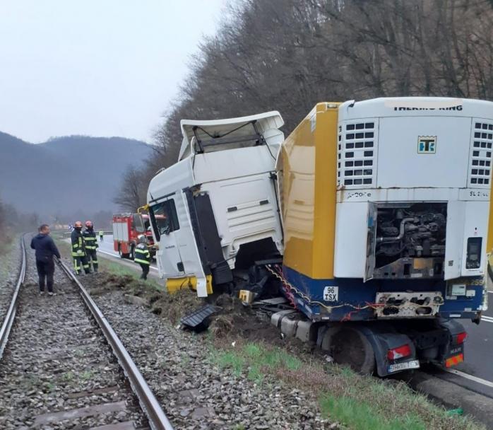 Accident în Negreni. TIR ieșit de pe șosea, lângă linia de cale ferată.