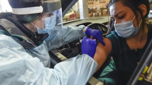 """Primele centre de vaccinare """"drive-thru"""", funcționale de la finalul lunii. Ce ser se va folosi?"""