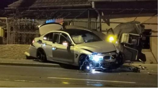 n șofer de BMW, grăbit la ora 22:00, a intrat direct într-o țeavă de gaz și a rupt un gard pe Bulevardul Muncii