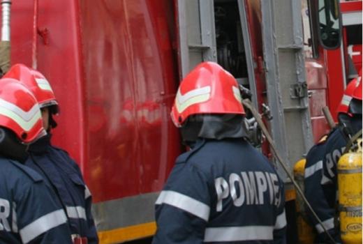 O mașină a intrat într-un șanț între Lita și Săcel, Cluj. Șoferița a rămas ÎNCARCERATĂ.